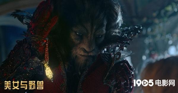 特效化妆后的野兽王子深情凝望