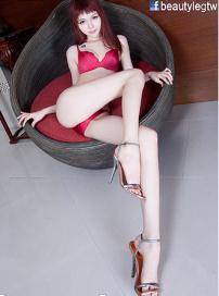 女星修长美腿勾人心魄 雪白美肌制服诱惑秀身材