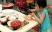 6岁小女孩高校食堂收剩饭盘子 让大学生感到惭愧