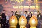 """9月22日,合拍片《绝命逃亡》在京首映,导演尼克·鲍威尔携主演刘亦菲、海登·克里斯滕森、吉克隽逸、安志杰等悉数亮相。男一号尼古拉斯·凯奇因故未能到场,只是通过视频隔空喊话,用中文祝福影片""""票房大卖""""。而海登·克里斯滕森也在刘亦菲的帮助下学会了这句中文,并直言被神仙姐姐的美貌所迷倒。"""