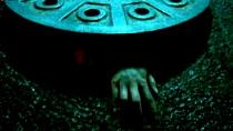 《下水井》曝光恐怖片段 少女走夜路遭拖入地下