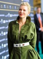 布兰切特为《蓝色茉莉》站台 绿袍加身女王气场