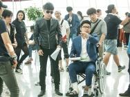 王岳伦《爸爸的假期》片场受伤 坐轮椅导戏不误工