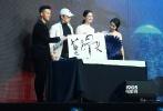 10月14日,电影《蓝色骨头》在京举行首映礼,导演崔健携主演倪虹洁、尹昉、黄幻到场。当天,崔健还邀来诸多圈中好友,毛阿敏、黄绮珊、李文琦等人也都上台,几位歌手纷纷献唱,掀起当晚的高潮。该片将于10月17日上映。