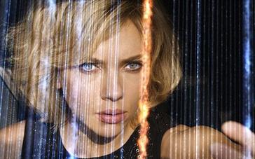 《超体》剧情版预告片 女主角超能力爆发无人抗衡