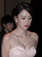 陈乔恩低胸长裙性感亮相 挤深沟身材火辣抢镜