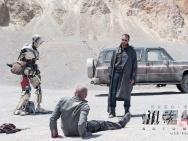 """《机器纪元》""""无人区""""剧照 班德拉斯荒漠遭劫持"""