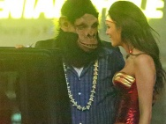 小李变身大猩猩面目全非 同时约会多位性感美女