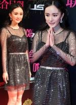 辣妈杨幂出席时尚盛典 穿透视纱裙秀产后好身材