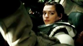 《星际穿越》片段 太空舱内海瑟薇冷言相对麦康纳
