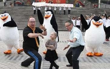 《马达加斯加的企鹅》全球首映 百人跳舞快闪魔都
