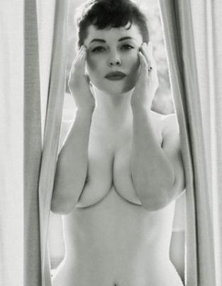 狂野歌手罗丝拍全裸写真 双臂夹豪乳大秀美沟