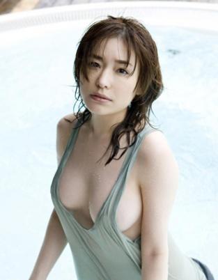 日本女星名波遥湿身秀雪乳 风骚表情引人浮想