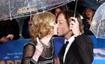 《帕丁顿熊》伦敦雨中首映 基德曼热吻大秀恩爱