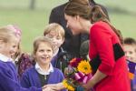 凯特王妃穿红裙扎马尾美艳亮相 弯腰小心护孕肚