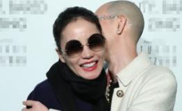 王菲黑超红唇亮相与男性友人拥抱