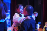刘涛女儿和老爸玩亲亲 网友赞像涛姐颜值爆表