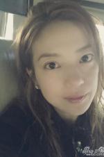 赵薇赴又圆婚礼晒素颜自拍 网友:何炅你胖了!