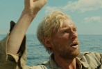由环球影业出品,安吉丽娜·朱莉执导的颁奖季热门电影《坚不可摧》近日曝光一组新剧照,该组剧照主要聚焦了主角一行三人在海上漂流的艰苦历程,杰克·奥康奈尔、芬·维特洛克以及多姆纳尔·格利森曾为该戏吃尽苦头,在漂流筏上拍摄一拍就是两个月,每天只摄入500卡路里的食物,导致三位演员严重营养不足。面黄肌瘦、胡子拉碴的造型也令人佩服演员所作出的牺牲。