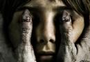 《黑衣女人2》曝骇人海报 黑指甲掩面恐怖升级