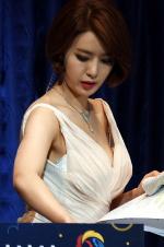 韩国女主播台上主持颁奖礼 不料衣服崩开遇尴尬