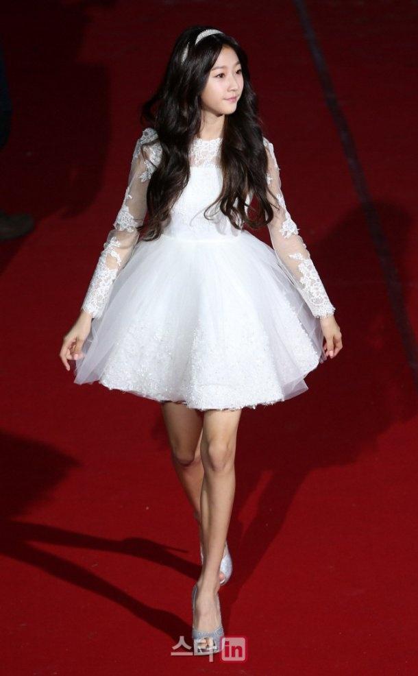 以长裙造型亮相女神范儿十足,只有沈恩京,金赛纶以短裙彰显青春可爱.