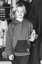 布拉德·皮特8岁女儿穿西装梳短发 极像朱莉
