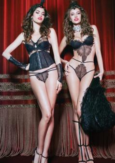 超模联手推出圣诞内衣写真 宫廷风演绎致命诱惑