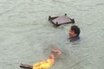 成龙悼念溺亡摄影师:我怎么这么无能 没能救你