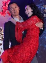 """范冰冰光脚秒撕李晨 被""""嫌太胖""""现场测体重"""
