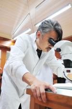 """吴秀波带显微镜卖萌 网友评价:""""科技波""""来了"""