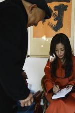 """赵薇养老院探望老人们 """"小燕子""""签名受欢迎"""