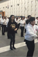 奶茶妹妹和大妈跳广场舞 网友惊呼:简直美哭了