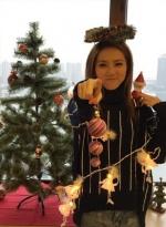 邓紫棋自晒做肉身圣诞树 饰品全挂身上人树难辨