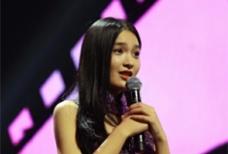 """""""乌镇女孩""""沈瑶登台现唱 着紫色旗袍尽展好身材"""