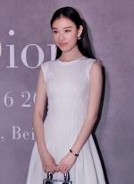 倪妮出席某时尚活动 白色薄纱长裙示人清新优雅