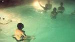 周杰伦婚礼后泳池疯玩 只穿内裤跳水
