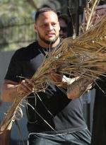 帝王做派! 比伯出行获保镖持棕榈叶为其遮阳
