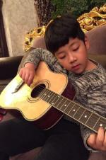 石头弹吉他变文艺范 郭涛:孩她妈你也来一曲?