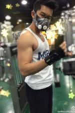 李晨戴防毒面具秀肌肉 网友赞:强壮的大黑牛