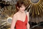 《五十度灰》达科塔·约翰逊登台 低胸红裙耀眼