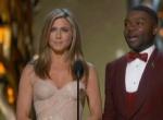 最佳纪录长片《第四公民》 安妮斯顿低胸性感颁奖