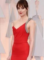 《五十度灰》女主角亮相红毯 高开叉长裙秀美腿