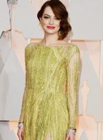 艾玛·斯通现身红毯秀美腿 穿淡黄色长裙显俏丽