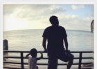 邓超和儿子等等摆拍姿势神同步 网友赞画面温馨