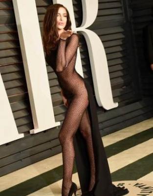 C罗旧爱伊莲娜透视装裸全身 性感秀美腿献飞吻