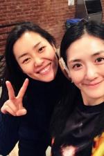 谢娜与超模刘雯合影 网友调侃:你是站凳子上吧