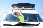 李冰冰游艇上庆42岁生日 劈一字马造型身材性感