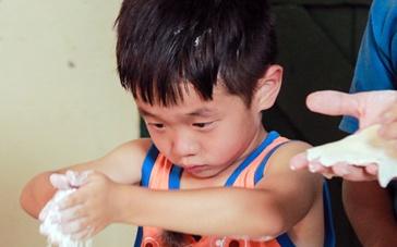 《爸爸去哪儿2》斐济首映 星爸萌娃还原饺子盛宴