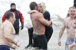 Lady GaGa与未婚夫玩极地跳水 狼狈挨冻秀恩爱